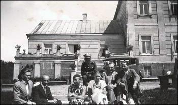 Rodzina Hartinghów przed domem w Górnym Snowiu