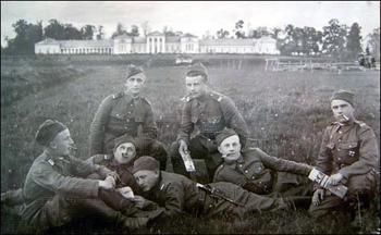 Żołnierze KOPu przed dawnym pałacem Rdułtowskich