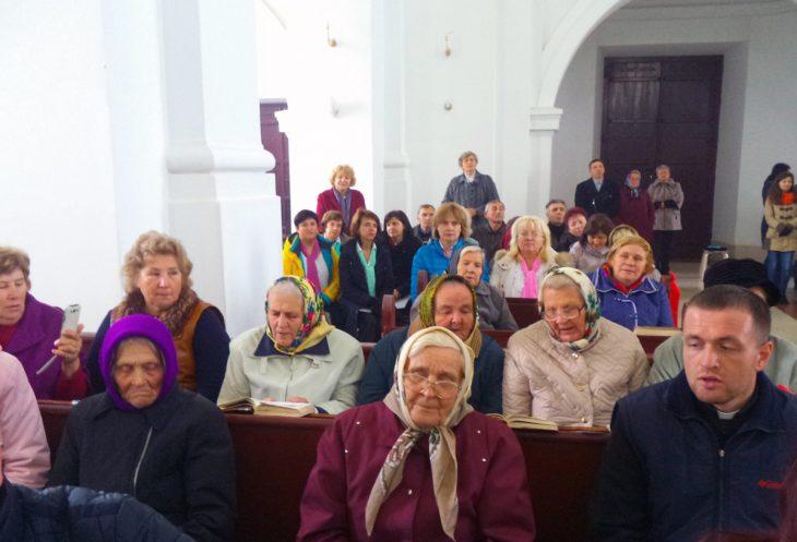 Uczestniczki  chóru kościelnego w Niedźwiedzicy ze swoim proboszczem Jerzym Mioduszewskim