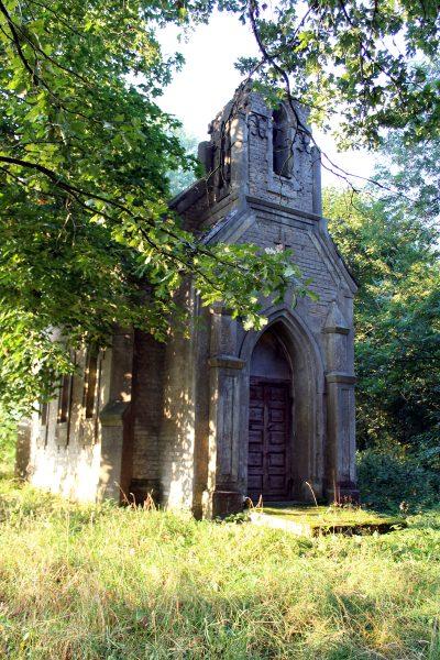 Kaplica rodowa Tołłoczków. Zbudowana w 1908 roku przez ostatniego właścieciela Rakowicy – Teodora Tołłoczko