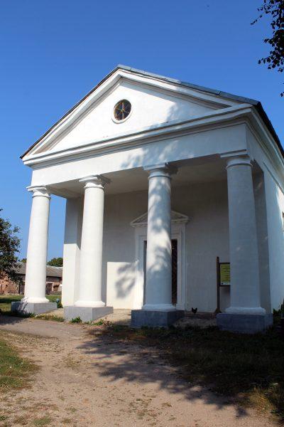 Klasycystyczny zbór kalwiński we wsi Raśna. Ufondowany przez ostatnich właścicieli majątku hrabiów Grabowskich
