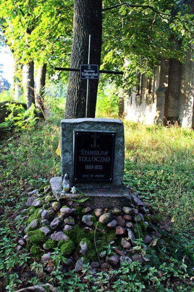 Stanisław Tołłoczko (1868-1935) – kawaler ordenu Polonia Restituta, doktor filozofii, profesor chemii, autor wielu opracowań i podręczników z chemii organicznej, z których korzystało kilka pokoleń polskich studentów. Po zdewastowaniu kaplicy pochowany ponownie na cmentarzu