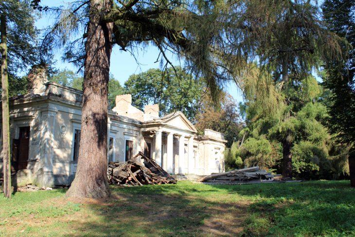 Jedna z najpiękniejszych siedzib szlacheckich w okolicach Brześcia. Niewielki, lecz bardzo ładny dom w stylu neoklasycystycznym wzniesiono na malowniczym tarasie nad rzeką Pulwą