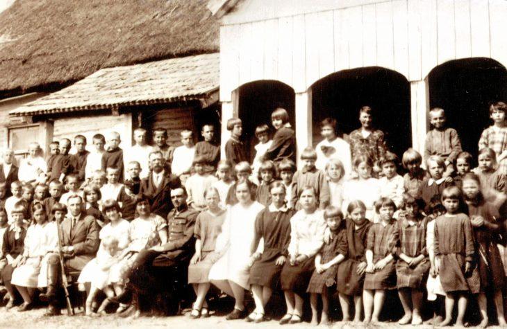 Emilia Kozłowska z uczniami w Dobrej Woli 08.05.1931 r.