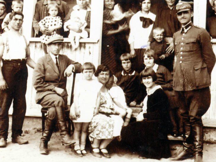 Młoda nauczycielka z uczniami i rodziną osadnika Ćwiczyńskiego w Dobrej Woli