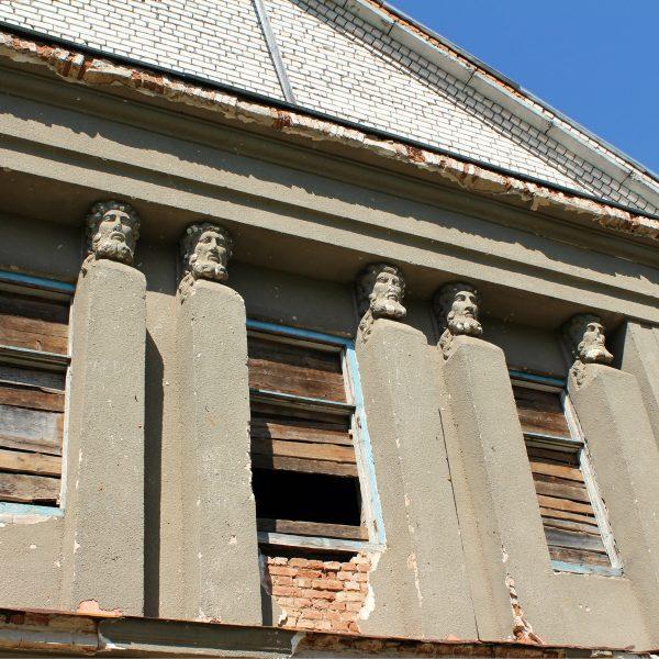 Głowy wieńczący pilastry w ryzalicie frontowym